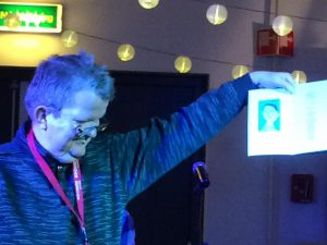 <b>Dirk Slob, dichter bij OutsiderPoetry Syndion laat trots zijn zelfportret  <br> en zelfgedicht zien op het Nederlands Dichterpodium <br> 7 februari 2017</b>