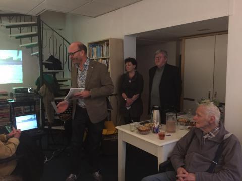 <b>Peter van Mersbergen neemt een exemplaar van Tijd Terug in ontvangst namens de Historische Vereniging Oud Gorcum</b>